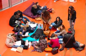 Les élèves de Scube révisent dans le hall principal de l'UPMC